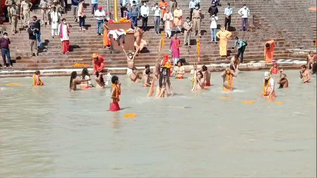 हरिद्वार कुंभ: अंतिम शाही स्नान पर दिखा कोरोना का असर, कम संख्या में श्रद्धालुओं ने लगाई डुबकी