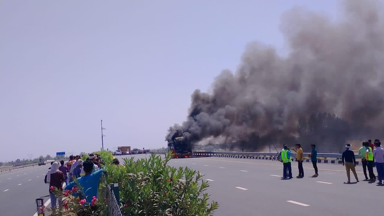 लखनऊ-आगरा एक्सप्रेसवे पर बस में लगी आग, यात्रियों ने कूदकर बचाई जान
