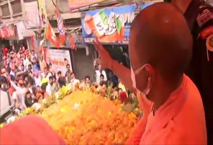 सीएम योगी का हावड़ा में रोडशो, जय श्री राम से गूंजी गलियां