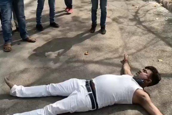प्रतापगढ़: बीजेपी विधायक का वीडियो हुआ वायरल, फटा कुर्ता पहने सड़क पर लेटे