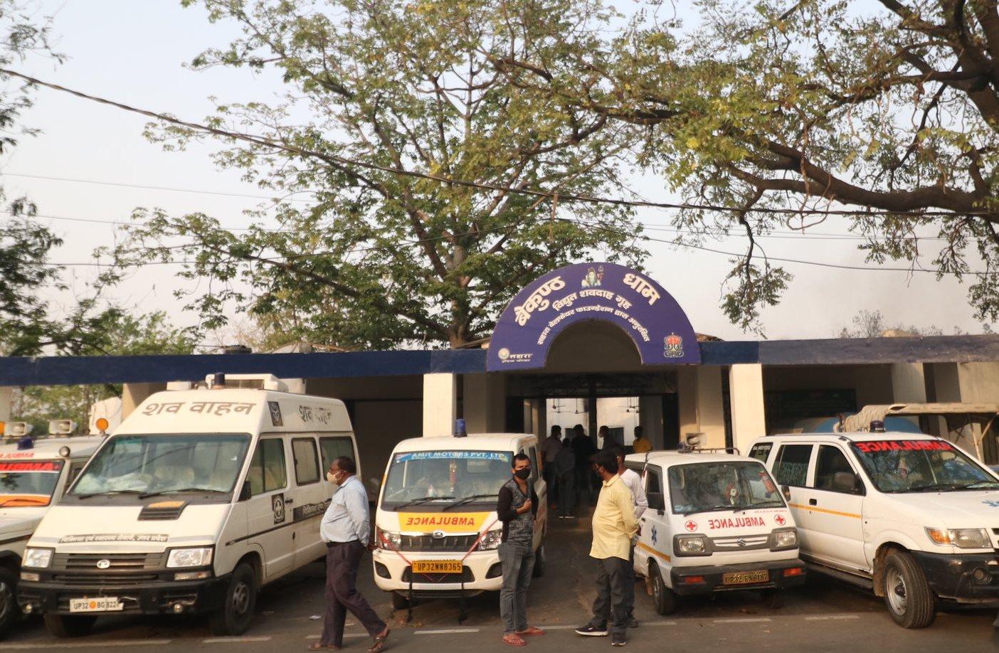 लखनऊ: श्मशान घाट में अंतिम संस्कार के लिए करना पड़ रहा 12 घंटे तक इंतजार