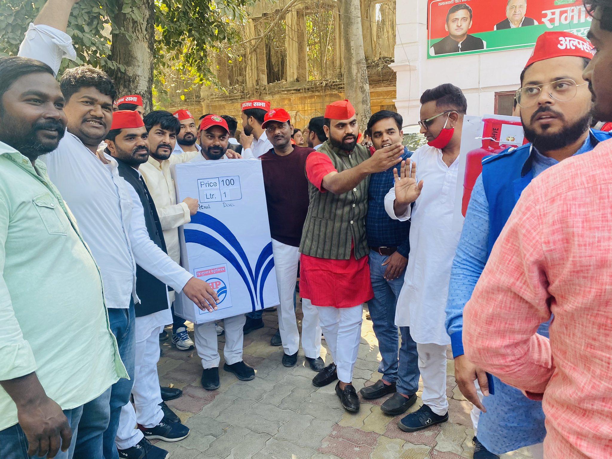 बढ़ती महंगाई को लेकर राजधानी लखनऊ में सपा का प्रदर्शन