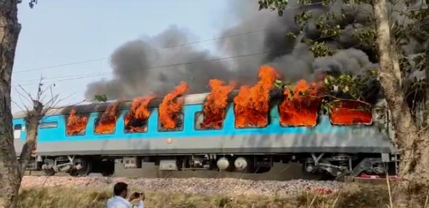 दिल्ली-देहरादून शताब्दी एक्सप्रेस के कोच में लगी भीषण आग, मचा हड़कंप