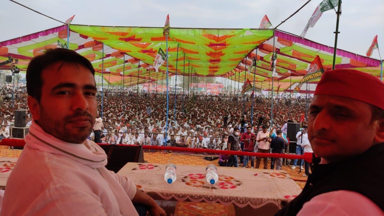 (वीडियो) मथुरा: किसान महापंचायत के मंच पर एक साथ दिखे अखिलेश और जयंत, कहा-घबरा रही है बीजेपी
