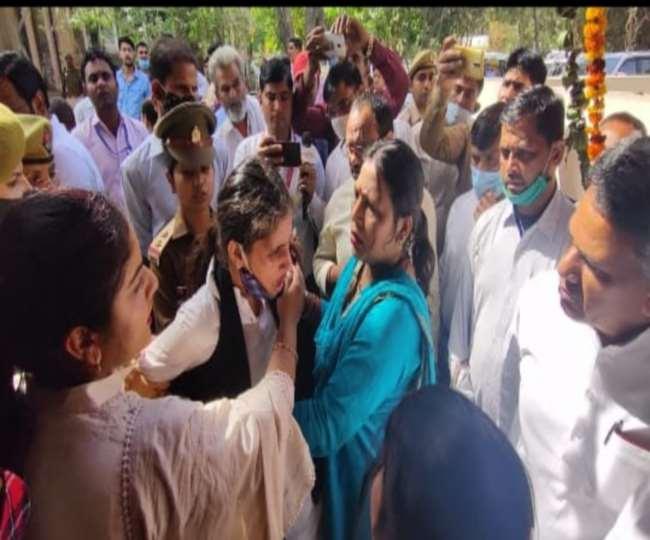 बागपत- मंत्री धर्म सिंह सैनी के सामने ही एक युवती ने किया आत्मदाह का प्रयास