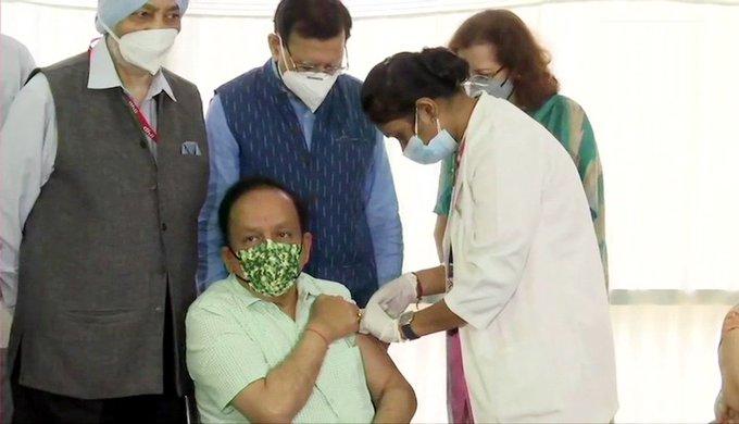 केंद्रीय स्वास्थ्य मंत्री डॉ. हर्षवर्धन और उनकी पत्नी ने लगवाई कोरोना वैक्सीन की दूसरी डोज