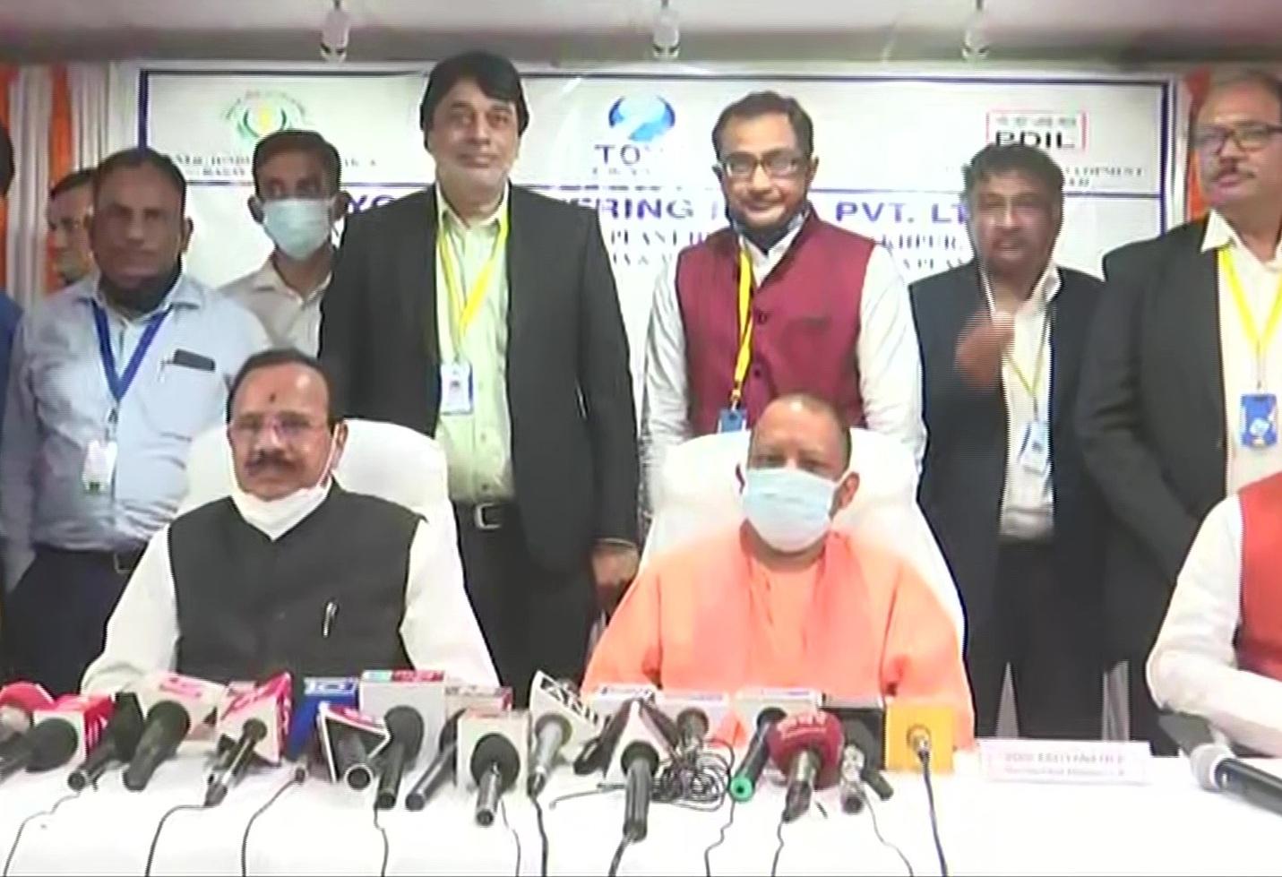 गोरखपुर-सीएम योगी और केंद्रीय मंत्री सदानंद गौड़ा ने किया खाद कारखाने का निरीक्षण