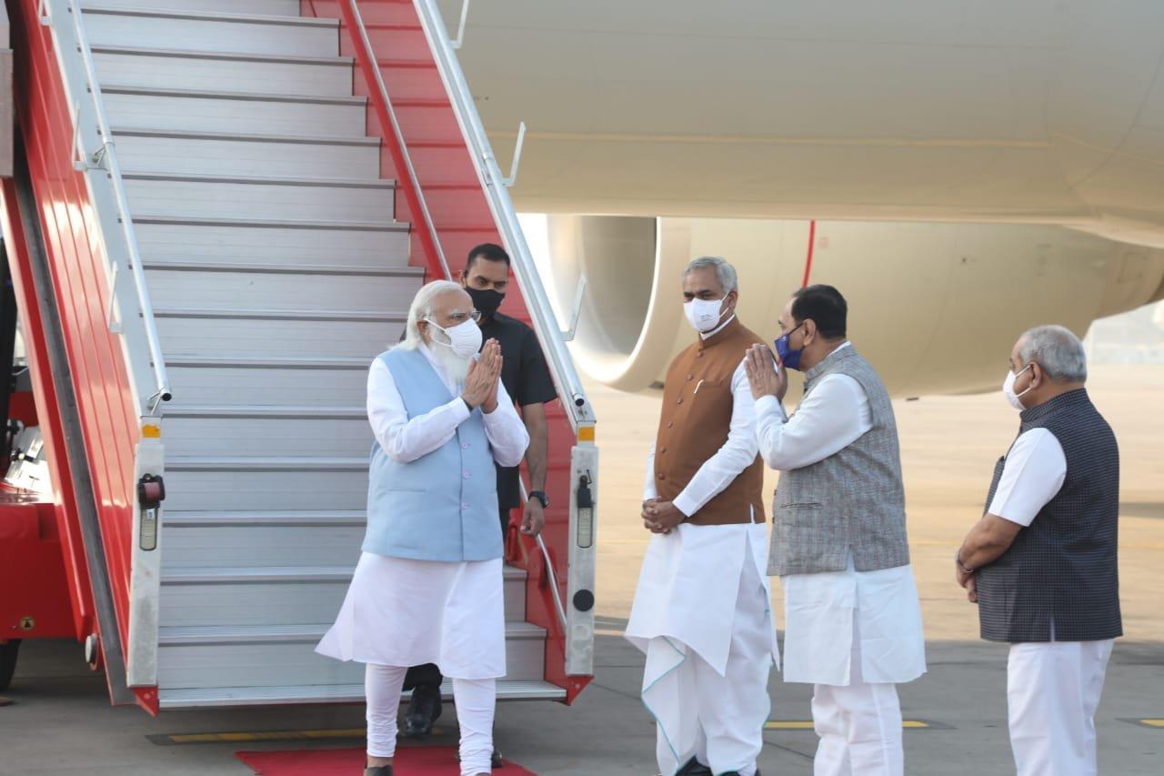 पीएम मोदी अहमदाबाद पहुंचे, केवडिया में सैन्य अधिकारियों को करेंगे संबोधित