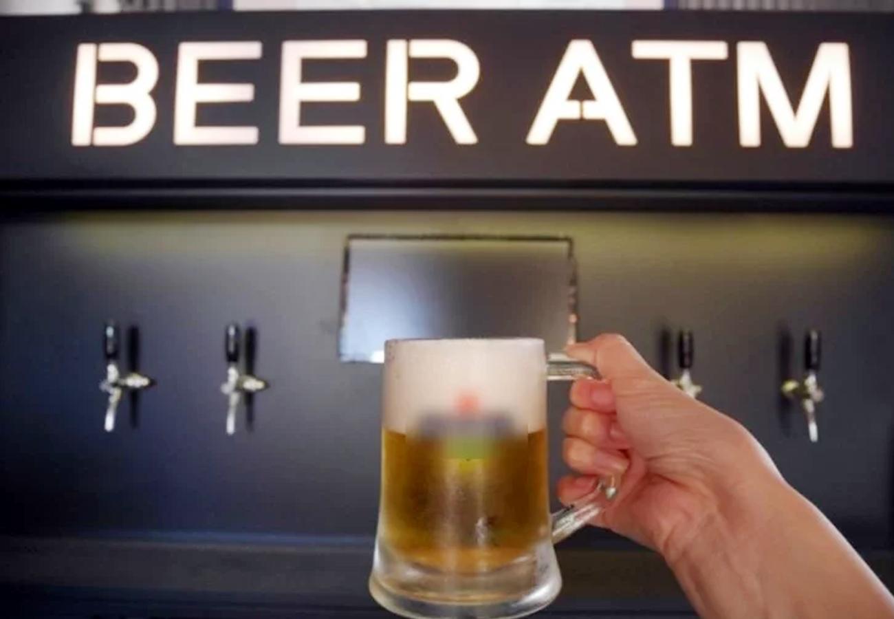 एटीएम पर फ्रेश बीयर का मजा ले रहे दिल्लीवाले, रात 1 बजे तक खोले रखने की मिली स्वीकृति