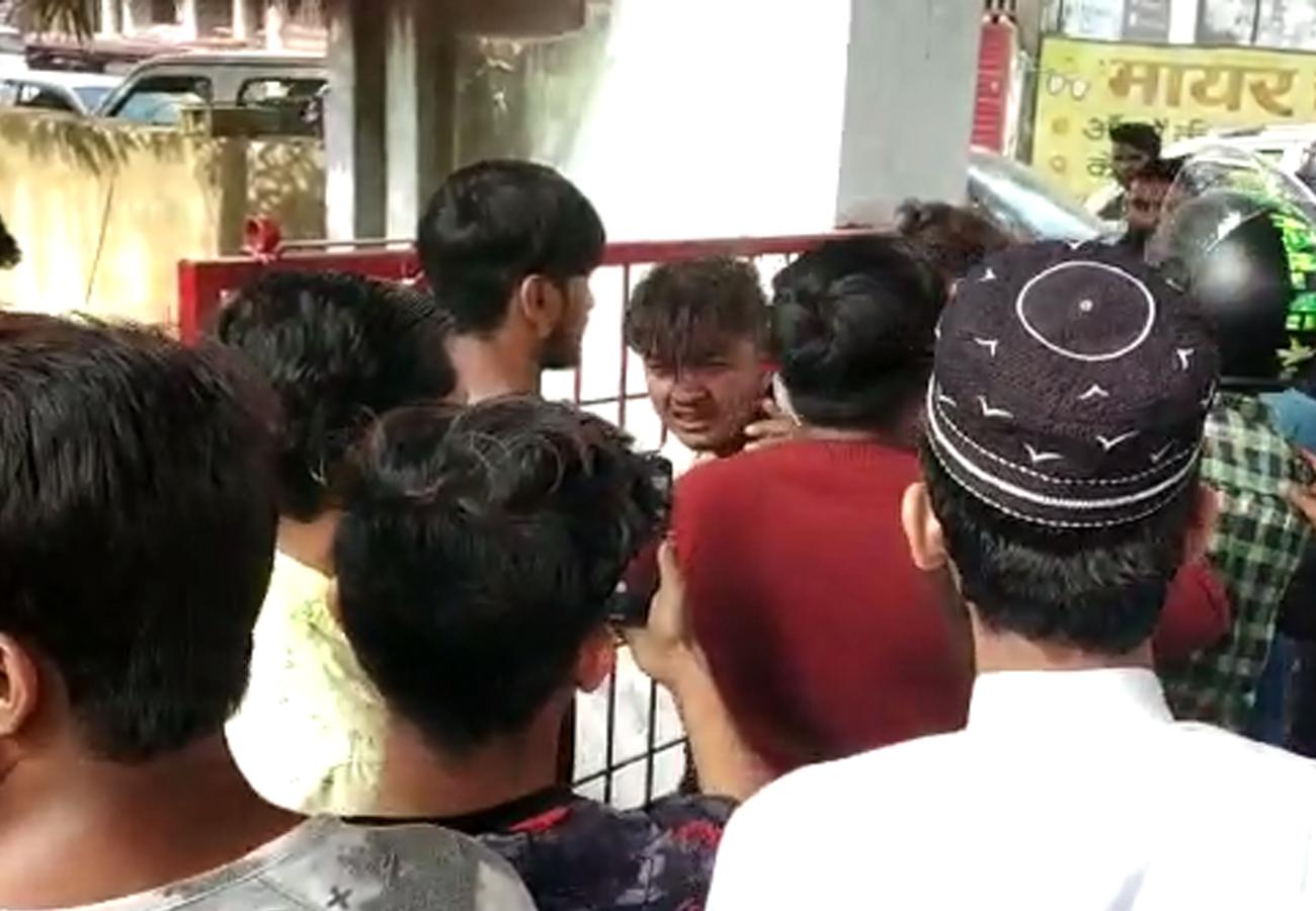 चौकी के अंदर युवक को बेरहमी से पीटती रही भीड़, यूपी पुलिस की लापरवाही का वीडियो हो रहा वायरल