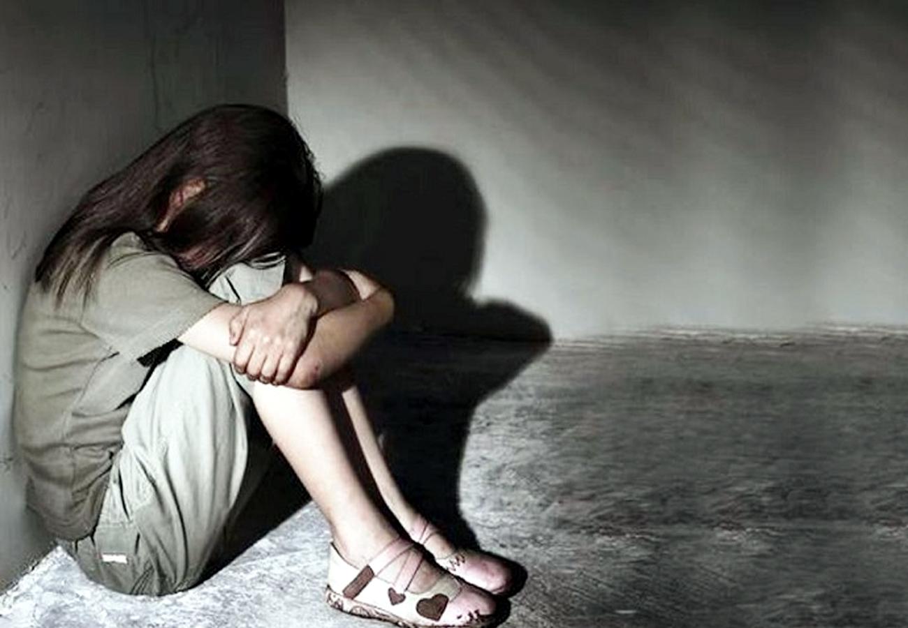 कलयुगी पिता ने किया दुष्कर्म, नाबालिक बच्ची को थाने ले जाकर मां ने लिखाई रिपोर्ट
