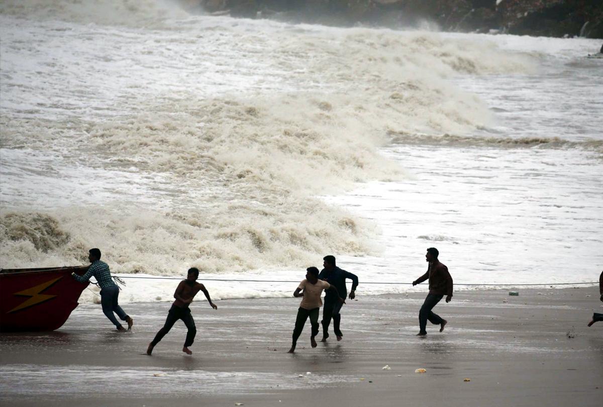 गुजरात पर मंडरा रहे 'महा-तूफान' के बादल, दो-तीन दिनों में अरब सागर से होता हुआ पहुंच सकता है केरल