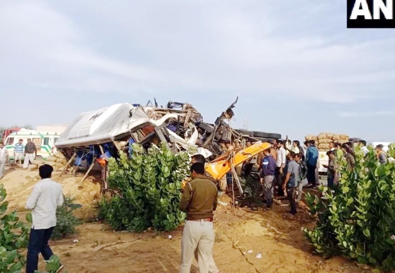 ट्रक और बस की भिड़ंत में 14 लोगों की मौत, 25 से ज्यादा घायल
