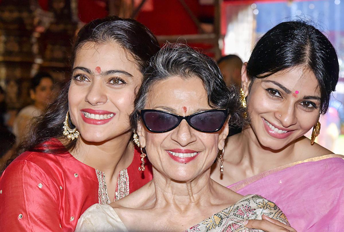 इन तस्वीरों में देखें अमिताभ-जया, रानी और काजोल समेत तमाम बॉलीवुड सितारों की दुर्गा पूजा