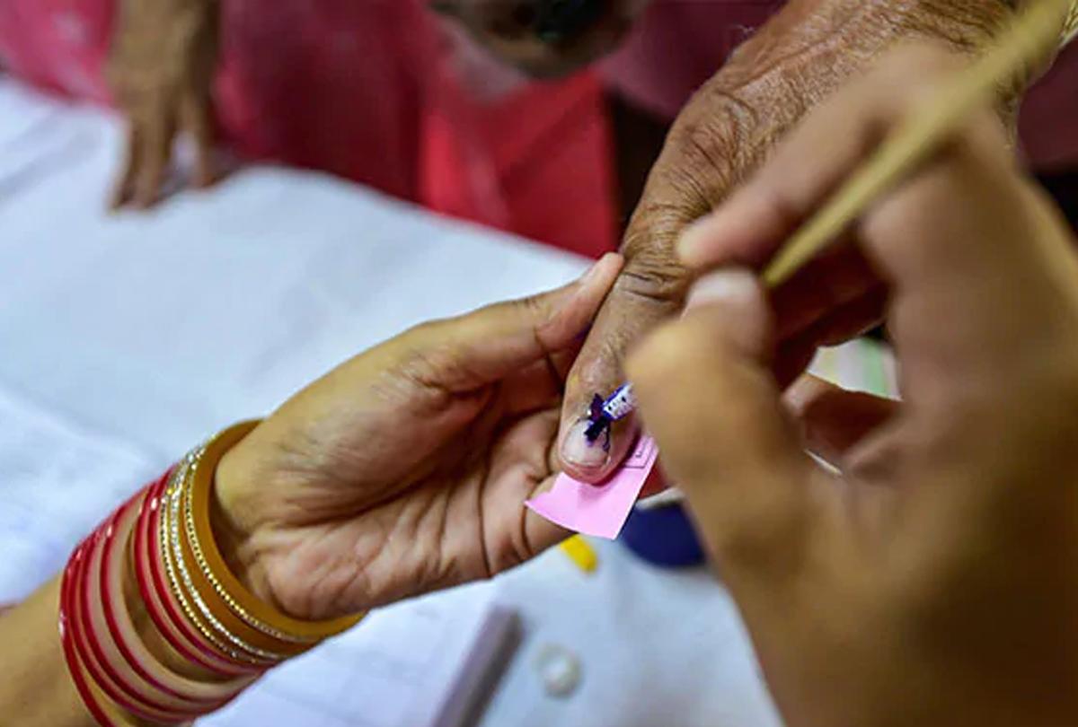 Maharashtra and Haryana Assembly Election 2019: मतदान को लेकर जबरदस्त उत्साह, दक्षिण हरियाणा में कई स्थानों पर EVM खराब, पढ़िए 10 अहम बातें...